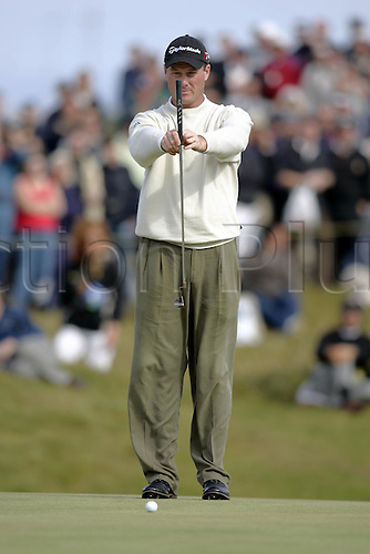 18 July 2004: American golfer TODD HAMILTON (USA) lines up a putt during his final round of 69 in The Open Championship, played at Royal Troon, Scotland. Hamilton and Els tied on 274, with Hamilton winning after a four hole play-off Photo: Glyn Kirk/Action Plus...golf golfers 040718 putting putt putts british plumb-line