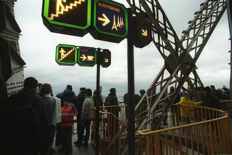 Tourists on the top of the Eiffel Tower. Touristes au sommet de la Tour Eiffel.