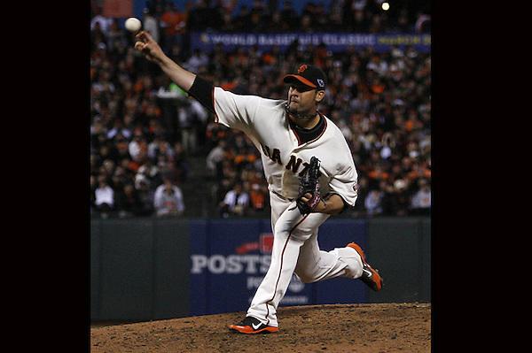 THM11. SAN FRANCISCO (EEUU), 21/10/2012.- El lanzador Ryan Vogelsong de los Gigantes de San Francisco juega ante los Cardenales de San Luis hoy, domingo 21 de octubre de 2012, en un partido en el AT&T Park de San Francisco (EEUU). EFE/MONICA M. DAVEY