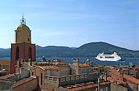 """Europe/France/Provence-Alpes-Côte d'Azur/83/Var/Saint-Tropez: Le golfe depuis une chambre du """"Yaca"""" - Paquebot dans le golfe et clocher de l'église de style baroque italien"""