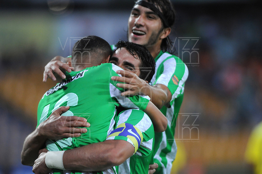 MEDELLIN - COLOMBIA -06-02-2014: Juan Pablo Angel (Cent.) jugador de Atletico Nacional celebra el gol anotado durante partido de la tercera fecha de la Liga Postobon I 2014, jugado en el estadio Atanasio Girardot de la ciudad de Medellin. / Juan Pablo Angel (C) player of Atletico Nacional celebrates a goal scored  during a match for the third date of the Liga Postobon I 2014 at the Atanasio Girardot Stadium in Medellin city. Photo: VizzorImage  / Luis Rios / Str.