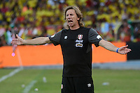 BARRANQUILLA - COLOMBIA -08-10-2015: Ricardo Gareca técnico de Perú gesticula durante el encuentro con Colombia válido por las clasificación a la Copa Mundo FIFA 2018 Rusia jugado en el estadio Metropolitano Roberto Melendez en Barranquilla. / Ricardo Gareca coach of Peru gestures durng match against Colombia valid for the 2018 FIFA World Cup Russia Qualifier played at Metropolitan stadium Roberto Melendez in Barranquilla. Photo: VizzorImage / Alfonso Cervantes / Str