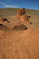 Mongolia deserto del Gobi. pressi di Bayanzag (vette infuocate), dove la spedizione americana di Roy Chapman Andrews nel 1924 trovo' numerosi fossili, uova, e interi scheletri di dinosauri,Mongolie désert de Gobi. près Bayanzag (pics de feu), où l'expédition américaine de Roy Chapman Andrews en 1924 trouva des fossiles, des œufs et des squelettes entiers de dinosaures,Mongolia Gobi desert. near Bayanzag (fiery peaks), where the American expedition of Roy Chapman Andrews in 1924 I find fossils, eggs, and whole skeletons of dinosaurs