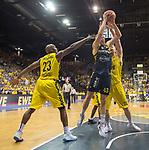 02.06.2019, EWE Arena, Oldenburg, GER, easy Credit-BBL, Playoffs, HF Spiel 1, EWE Baskets Oldenburg vs ALBA Berlin, im Bild<br /> auch nach hinten wird verteidigt<br /> Rashid MAHALBASIC (EWE Baskets Oldenburg #24 ) Luke SIKMA (ALBA Berlin #43 ) Rickey PAULDING (EWE Baskets Oldenburg #23 )<br /> Foto © nordphoto / Rojahn
