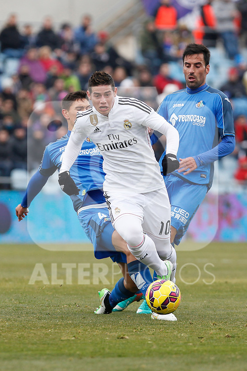 Getafe´s Rodriguez (R) and Velazquez and Real Madrid´s James Rodriguez  during La Liga match at Coliseum Alfonso Perez stadium  in Getafe, Spain. January 18, 2015. (ALTERPHOTOS/Victor Blanco)