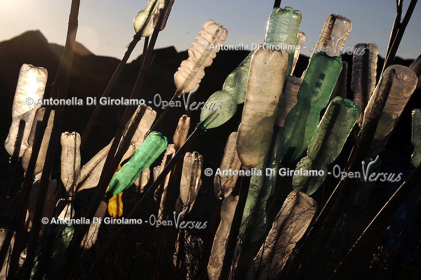 Idroscalo di Ostia, laddove sono state abbattute le abitazioni gli abitanti hanno realizzato istallazioni con i materiali e i rifiuti restituiti dal mare..