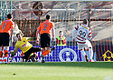 ::  HAMILTON'S MICKAEL ANTOINE-CURIER SENDS DUNDEE UTD'S DUSAN PERNIS THE WRONG WAY TO SCORE HAMILTON'S FIRST FROM THE SPOT  ::