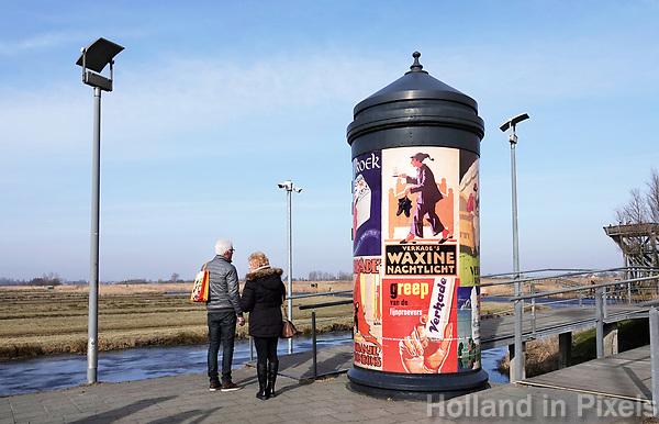 Nederland Zaanse Schans 2018. Reclamezuil met oude posters naast het Zaans Museum. Foto Berlinda van Dam / Hollandse Hoogte