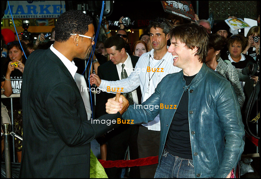 """TOM CRUISE ET WILL SMITH - PREMIERE DU FILM """"LA GUERRE DES MONDES"""" AU GRAUMAN'S CHINESE THEATRE A HOLLYWOOD..THE """" WAR OF THE WORLDS """" MOVIE PREMIERE AT THE GRAUMAN'S CHINESE THEATRE IN HOLLYWOOD."""