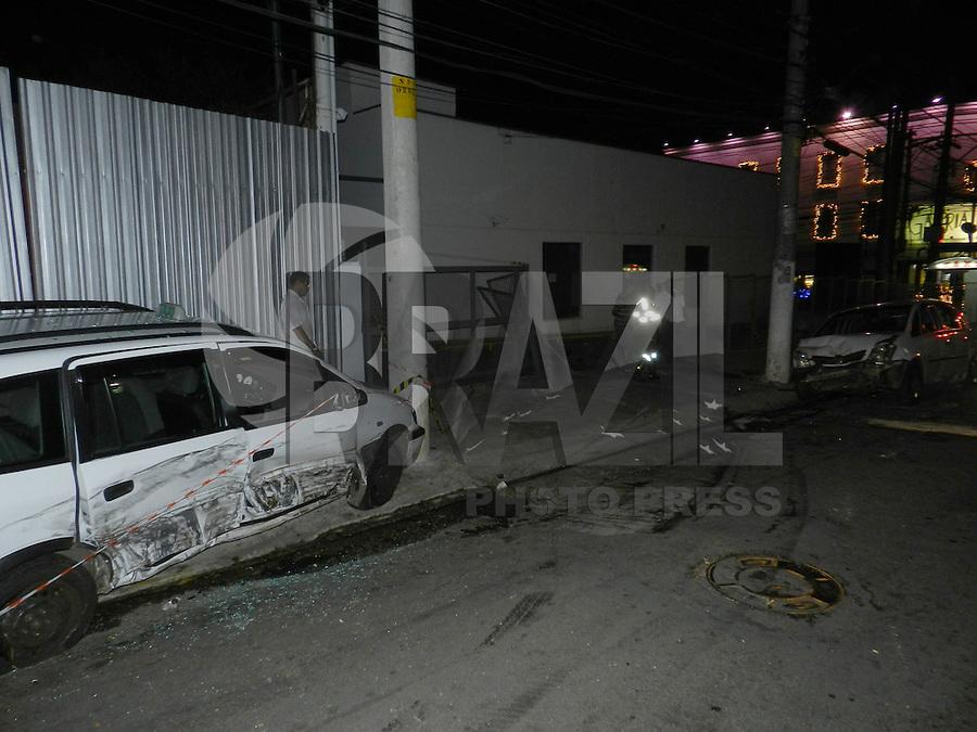 SÃO PAULO - SP -  27 DE DEZEMBRO 2012. Por volta das 23h45, um motorista bateu na lateral de um Hyundai Ix35  perdeu o controle e atingiu três táxis estacionados. Com o impacto da batida, o Land Rover tombou e um dos táxis cruzou a rua Estados Unidos batendo na parede da padaria Galeria dos Pães. Uma vitima encaminhada ao Hospital das Clinicas e a ocorrencia está no 78DP - Jardins.  FOTO: MAURICIO CAMARGO / BRAZIL PHOTO PRESS