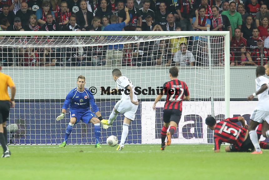 Reynaldo (Karabach ) erzielt das 1:1 gegen Kevin Trapp (Eintracht) - Eintracht Frankfurt vs. Karabach Adam, UEFA Europa League 1. Runde, Rückspiel