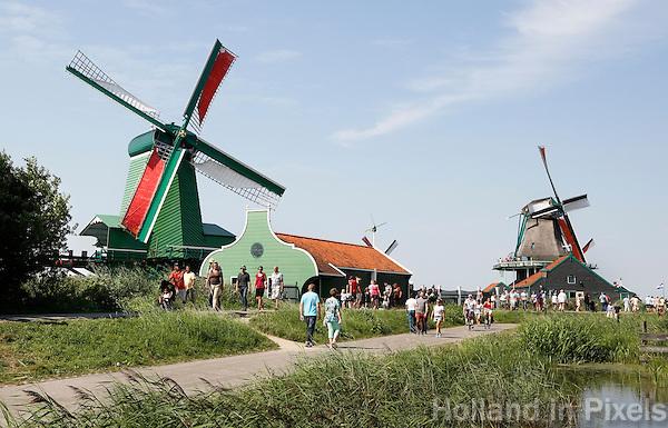 Nederland Zaanse Schans 2015 08 22. Toeristen bezoeken de Folkloredag. Molen de Gekroonde Poelenburg