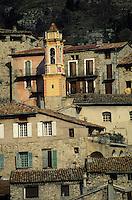 Europe/France/Provence-Alpes-Côtes d'Azur/06/Alpes-Maritimes/Arrière Pays Niçois/Luceram : Vue du vilage - Les maisons et l'église