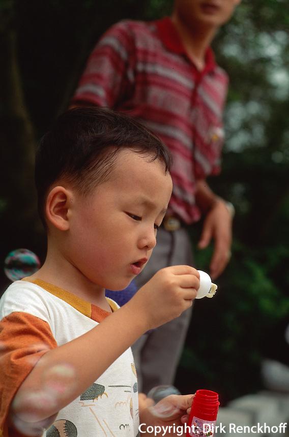 China, Kanton (Canton, Guangzhou), Kind mit Seifenblasen