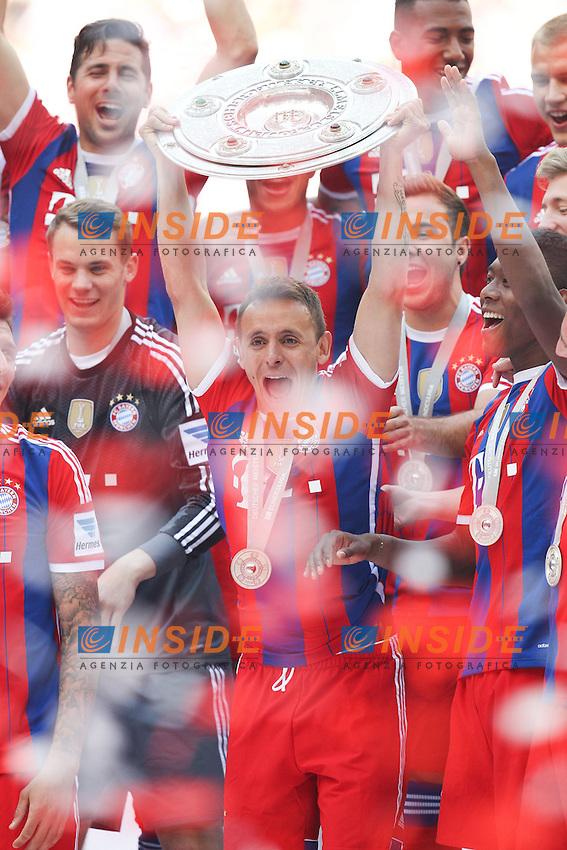 10.05.2014, Allianz Arena, Muenchen, GER, 1. FBL, FC Bayern Muenchen vs VfB Stuttgart, 34. Runde, im Bild Rafinha #13 (FC Bayern Muenchen) haelt die Meisterschale in der Hand // during the German Bundesliga 34th round match between FC Bayern Munich and VfB Stuttgart at the Allianz Arena in Muenchen, Germany on 2014/05/10. EXPA Pictures &copy; 2014, PhotoCredit: EXPA/ Eibner-Pressefoto/ Kolbert<br /> <br /> *****ATTENTION - OUT of GER***** <br /> Football Calcio 2013/2014<br /> Bundesliga 2013/2014 Bayern Campione Festeggiamenti <br /> Foto Expa / Insidefoto