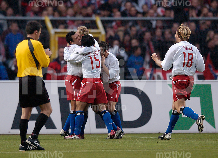 Fussball 1.Bundesliga 2002/2003 Frankenstadion Nuernberg (Germany) 1.FC Nuernberg - Hamburger SV (1:3) Freude oeber das 1:0 bei den Hamburgern