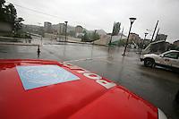 SERBIA - Mitrovica Città divisa in due dal fiume Ibar, a Nord abitata da Serbi e a sud da Kosovari albanesi Attualmente protetta da truppe internazionali della KFOR . pattugliamento di truppe francesi Il famoso ponte simbolo della divisione della città.Auto della polizia delle Nazioni Unite