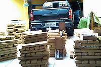 GUARULHOS, SP - 05.08.2014 - 1 TONELADA DE MACONHA APREENDIDA EM GUARULHOS/SP - A PM da cidade de Guarulhos apreendeu na manhã desta terça-feira, 05, aproximadamente 1 tonelada de maconha que estava no interior da caçamba de um pick-up, também foi apreendido cocaína e crack; foram apreendidas 5 caixas de rádios telecomunicadores com aproximadamente 50 unidades, no bairro de Vila Barros após denúncia anônima. Um individuo está preso. A ocorrência está sendo apresentada pelos policiais militares da 4ª Cia do 15ºBPMM no 6º DP de Guarulhos/SP.  (Foto: Geovani Velasquez / Brazil Photo Press).