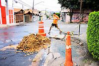 OSASCO,SP - 07.10.14 - CANO ROMPIDO/DISPERDICIO/AGUA - Em Osasco na Rua Padre Paulo Xerdel altura do numero 440 um cano da Sabesp foi rompido pela própria escavadeira da empresa e segundo um dos moradores da rua a agua jorrava desde as 10:30h da manha,foi colocado uma fita de sinalização e deixaram o oocal sem consertar o problema.  . ( Foto: Aloisio Mauricio / Brazil Photo Press )