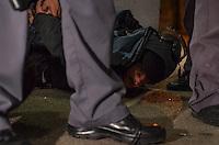 SAO PAULO, SP, 01 DE AGOSTO DE 2013 - PROTESTO ALCKMIN - Policia prende jovem manifestantes durante protesto contra o governador Geraldo Alckmin, na Avenida Paulista, na noite desta quinta feira, 01. Os manifestantes agrediram policias e atacaram a drogaria Onofre, na esquina da Avenida Paulista com a Rua Bela Cintra. (FOTO: ALEXANDRE MOREIRA / BRAZIL PHOTO PRESS)