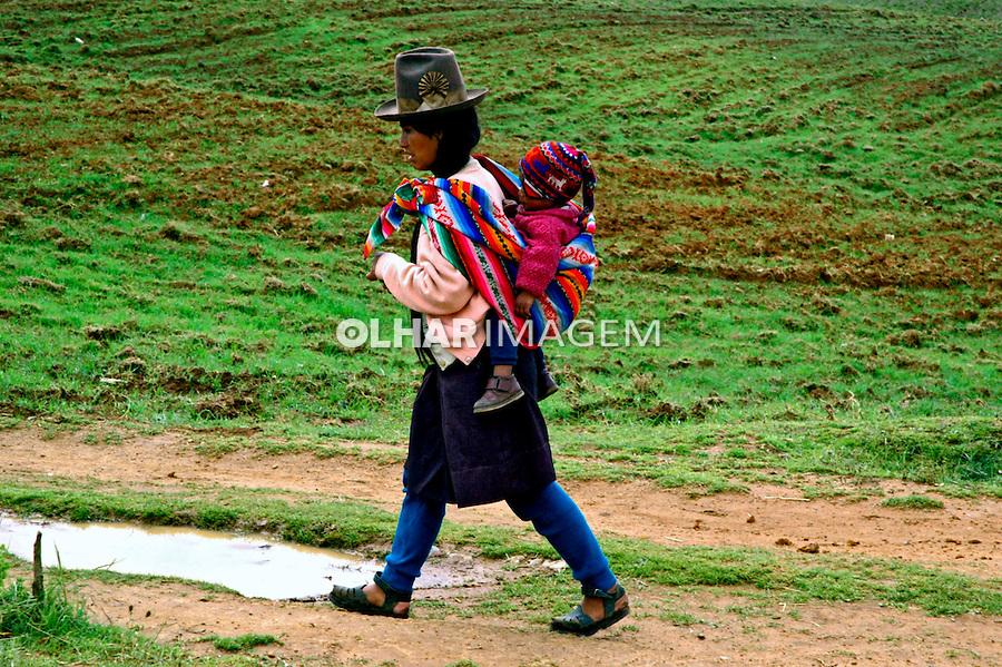 Mulher com criança nas costas. Cusco. Peru. 2006. Foto de Flávio Bacellar.