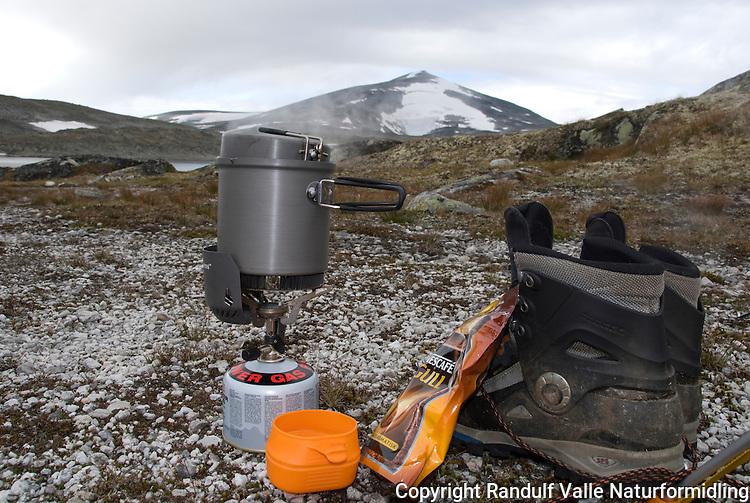 Kaffekok ved foten av Snøhetta ---- Coffe made on light stove