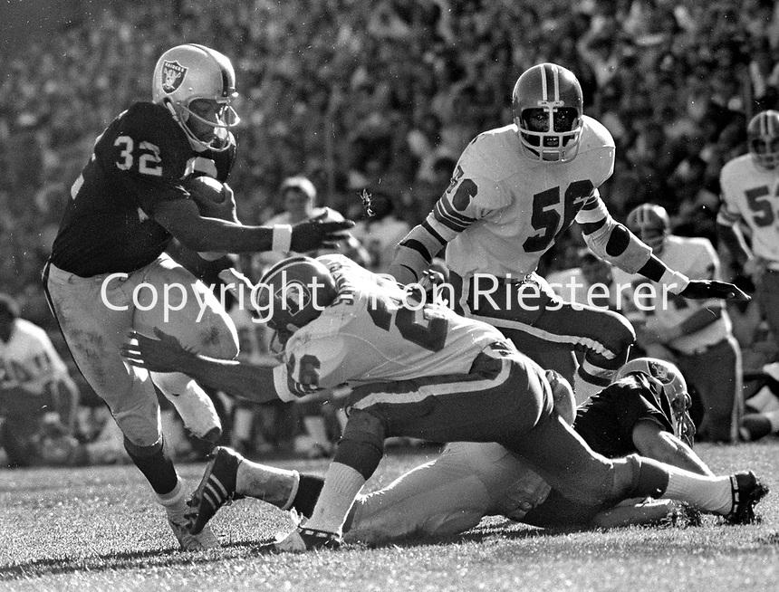 Oakland Raiders RB Don Highsmith running against the Denver Broncos. (1971 photo/Ron Riesterer)
