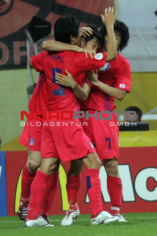 FIFA WM 2006 -  Gruppe D  Vorrunde ( Group D )<br /> Play   #29 (18-Jun) - Frankreich - Korea<br /> <br /> Riesenjubel bei Nam Kim (links) und Ji Sung Park (rechts) von Korea nach dme Tor zum 1:1.<br /> <br /> Foto &copy; nordphoto