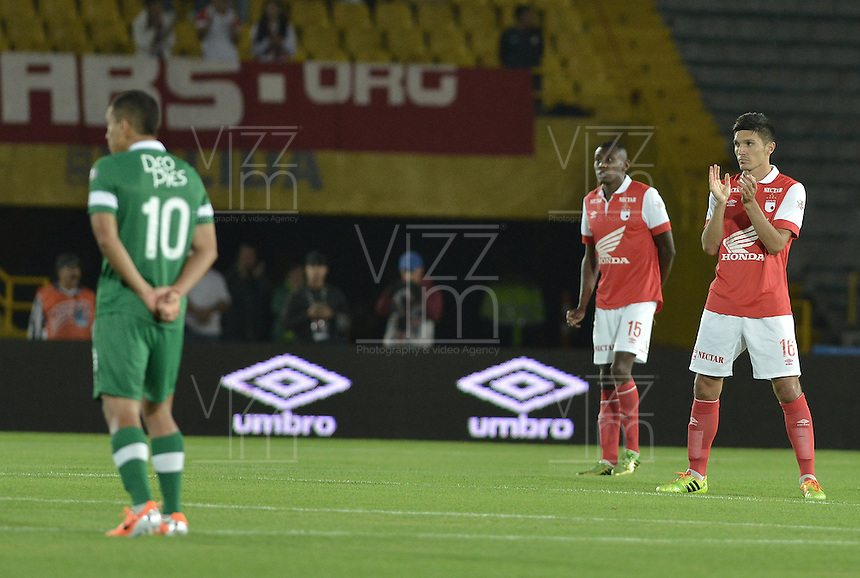 BOGOTÁ -COLOMBIA, 15-02-2014. Daniel Torres (Der) durante el minuto de silencio por la muerte de Pacheco previo del encuentro entre Independiente Santa Fe Y Deportivo Cali por la fecha 5 Liga Postobón  I 2014 disputado en el estadio el Campín de la ciudad de Bogotá./ Daniel Torres (R) during the minute of silence for the death of Pacheco prior the match between Independiente Santa Fe and Deportivo Cali for the fifth date for the Postobon  League I 201 played at El Campin stadium in Bogotá city. Photo: VizzorImage/ Gabriel Aponte / Staff