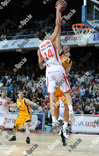 2011-05-19 / Basketbal / seizoen 2010-2011 / Antwerp Giants - BC Oostende / Salah Mejri (Giants) probeert Thomas Van den Spiegel te verschalken met een dunk...Foto: Mpics