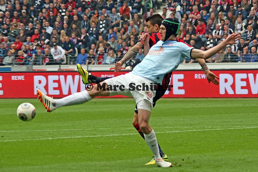 Stefan Bell (Mainz) gegen Joselu (Eintracht) - Eintracht Frankfurt vs. 1. FSV Mainz 05