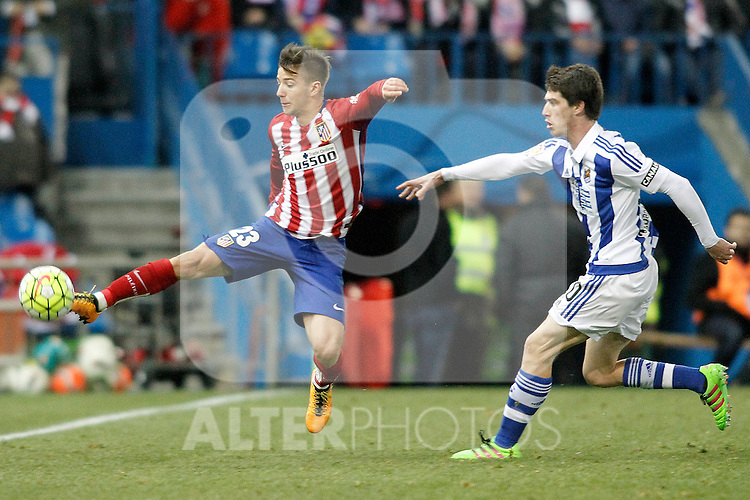 Atletico de Madrid's Luciano Vietto (l) and Real Sociedad's Aritz Elustondo during La Liga match. March 1,2016. (ALTERPHOTOS/Acero)