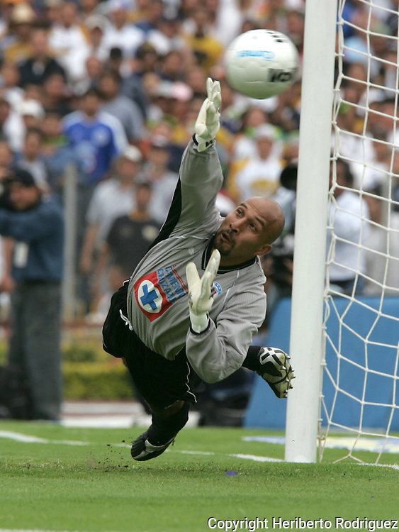 """Mexico (06/06/2004): Cruz Azul goalie Oscar """"Conejo"""" Perez is beaten by Pumas striker Ismael Iniguez scoring a penalty during the second leg of semifinals of the national soccer league.  UNAM Pumas won 3-2 and goes to finals against Guadalajara Chivas next week. ..© Heriberto Rodriguez..NO ARCHIVO-NO ARCHIVE-ARCHIVIERUNG VERBOTEN!"""
