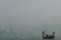 Boats cross hong kong Harbour in heavy air pollution on what should be a clear day. Hong Kong's air pollution has been getting worse for many years and there is no sign of improvement..26 Apr 2006.