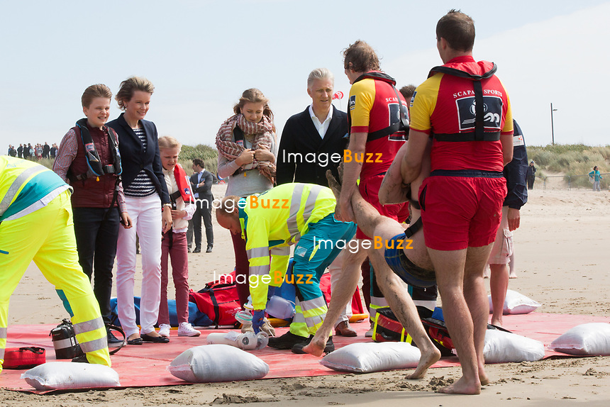 Le roi Philippe de Belgique, la reine Mathilde de Belgique, leurs enfants ; la Princesse Elisabeth, le Prince Gabriel, le Prince Emmanuel et la Princesse El&eacute;onore assistent &agrave; une d&eacute;monstration des services de sauvetage sur la plage de Middelkerke. <br /> La princesse Elisabeth a elle-m&ecirc;me particip&eacute; &agrave; la r&eacute;animation.<br /> Belgique, Middelkerke, 1er juillet 2017.<br /> King Philippe of Belgium, Queen Mathilde of Belgium and their children, Crown Princess Elisabeth, Prince Emmanuel, Prince Gabriel, and Princess Eleonore of Belgium pictured during a rescue exercice, part of a visit of Belgian royal couple at the Belgian coast, in Westende, Middelkerke.<br />  Belgium, Westende, Middelkerke, 01 July 2017.<br /> Pic :  King Philippe of Belgium, Queen Mathilde of Belgium, Crown Princess Elisabeth of Belgium, Prince Gabriel of Belgium, Princess Eleonore of Belgium