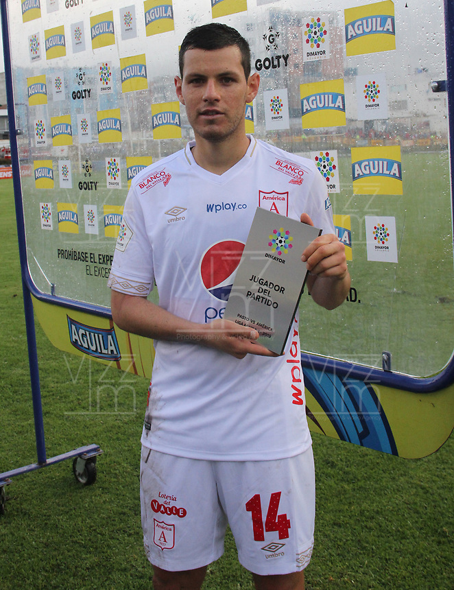 PASTO - COLOMBIA, 05-05-2019: Pedro Franco del América recibe el premio al mejor jugador después del partido entre Deportivo Pasto y América de Cali por la fecha 20 de la Liga Águila I 2019 jugado en el estadio Municipal de Ipiales. / Pedro Franco player of America receives the award to the best player after the match between Deportivo Pasto and America de Cali match for the date 20 of the Liga Aguila I 2019 played at the Municipal de Ipiales stadium. Photo: VizzorImage / Leonardo Castro / Cont