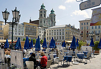 Oesterreich, Oberoesterreich, Linz: Kulturhauptstadt Europas 2009 - Cafe auf dem Hauptplatz mit dem Alten Dom (Jesuitenkirche) von 1669 | Austria, Upper Austria, Linz: European capital of culture 2009 - Cafe at Hauptplatz (main square) with Old Cathedral (Jesuit church) from 1669