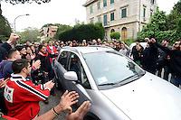 Roma 27 Aprile 2013.Questa mattina, agenti della polizia sono  andati a casa di Lander Fernandez ,al quartiere Garbatella, attivista del movimento giovanile basco, rifugiato in italia e agli arresti domiciliari  da più di un anno per  la richiesta di estradizione da parte della Spagna che lo accusa di aver commesso un reato di danneggiamento di un autobus durante una manifestazione a Bilbao nel febbraio 2002. La polizia lo ha portato in Questura per notificargli l'estradizione. Simpatizzanti di Lander intorno all'auto della polizia che  lo porta in Questura