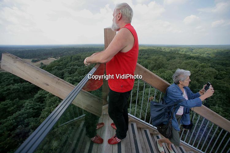 Foto: VidiPhoto..HOENDERLOO - De 80 meter hoge trap In Nationaal Park De Hoge Veluwe is tot nader orde gesloten. Het kunstwerk van het Kröller-Müller Museum is niet veilig genoeg volgens de gemeente Ede. Zo ontbreekt bovenaan een leuning. Woensdag viel een zestienjarige jongen naar beneden en raakte daarbij zwaar gewond. Gemeente en directie van het museum gaan snel om tafel om te zien hoe het kunstwerk veiliger gemaakt kan worden. De trap gaat tussen de bomen door, is 250 meter in lengte en telt 280 treden.