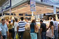 SÃO PAULO, 02 DE ABRIL DE 2015 - COMÉRCIO DE PEIXE - MERCADÃO /SP - Grande movimentação no comércio de peixe no Mercado Municipal de São Paulo. Segundo a Administração, o consumo desse ano deve ser 13% superior ao atingido no ano passado nessa mesma época pásco. Foto Eduardo Carmim/Brazil Photo Press