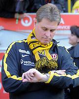 Fussball, 2. Bundesliga, Saison 2011/12, SG Dynamo Dresden - FC Erzgebirge Aue, Sonntag (21.11.11), gluecksgas Stadion, Dresden. Dresdens Trainer Ralf Loose schaut auf die Uhr.