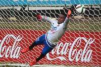 BARRANQUILLA - COLOMBIA - 05-10-2015: Cristian Bonilla guardameta de la seleccion Colombia de futbol durante el primer entrenamiento en el Polideportivo de la Universidad Autonoma del Caribe antes de su encuentro contra  la seleccion del Perú por la calsificación a la Copa Mundial de la FIFA Rusia 2018.  / Cristian Bonilla goalkeeper of the Soccer Colombia Team during the first training at Polideportivo of the Universidad Autonoma del  Caribe before match against of Peru Soccer team for the qualifying to 2018 FIFA World Cup Russia.<br /> Russia. Photo: VizzorImage / Alfonso Cervantes / Cont