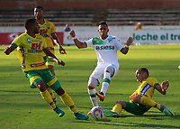 NEIVA - COLOMBIA - 16 - 07 - 2017: Eddie Segura (Izq.) jugador de Atletico Huila disputa el balón con Alex Castro (Centro.) jugador de Deportivo Cali, durante partido entre Atletico Huila y Deportivo Cali, de la fecha 2 por la Liga Aguila II 2017 en el estadio Guillermo Plazas Alcid de Neiva. / Eddie Segura (L), player of Atletico Huila vies for the ball with Alex Castro (Center) player of Deportivo Cali, during a match of the date 2nd for the Liga Aguila II 2017 at the Guillermo Plazas Alcid Stadium in Neiva city. Photo: VizzorImage  / Sergio Reyes / Cont.
