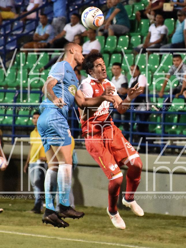 MONTERIA - COLOMBIA, 20-08-2018: Juan Pablo Zuluaga (Izq) jugador de Jaguares de Córdoba disputa el balón con Facundo Guichon (Der) jugador de Independiente Santa Fe durante partido por la fecha 5 de la Liga Águila II 2018 jugado en el estadio Municipal de Montería. / Juan Pablo Zuluaga (L) player of Jaguares of Cordoba vies for the ball with Facundo Guichon (R) player of Independiente Santa Fe during a match for the date 5 of the Liga Aguila II 2018 at the Municipal de Monteria Stadium in Monteria city. Photo: VizzorImage / Andres Felipe Lopez / Cont