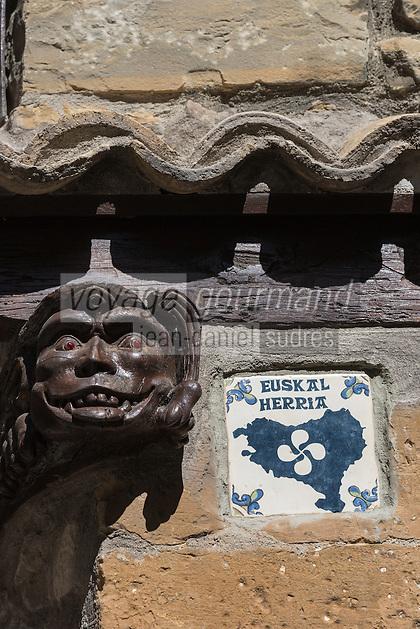 Espagne, Navarre, Pampelune:  Caballo Blanco , détail maison avec poutre sculptée et inscription basque /  Spain, Navarre, Pamplona: Caballo Blanco, house detail