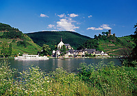 Deutschland, Rheinland-Pfalz, Moseltal, Beilstein an der Mosel mit Burg Metternich, Ausflugsschiff | Germany, Rhineland-Palatinate, Moselle Valley, Beilstein at river Moselle with CastleMetternich, sightseeing boat