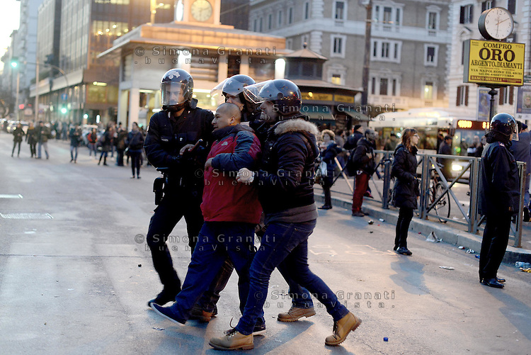 Roma, 27 Febbraio 2015<br /> Protesta dei movimenti antifascisti e antirazzisti a Piazzale Flaminio contro la manifestazione di domani di Matteo Salvini. Le forze dell'ordine vietano l'entrata in Piazza del Popolo e caricano.<br /> Un manifestante arrestato.