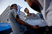 Elezioni in Grecia. Atene, manifestazione conclusiva di Nea Democratia in Piazza Sintagma 15 giugno 2012. Giovani manifestanti trasportano un rullante.