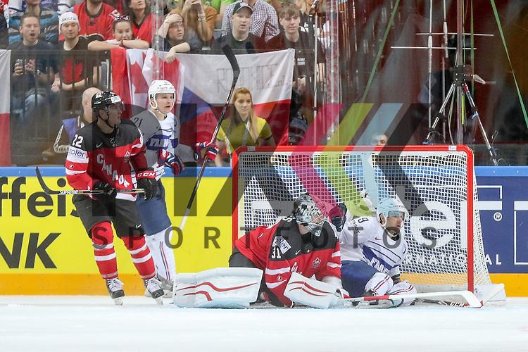 Canadas Jones, Martin (Nr.31) im Zweikampf im Tor gegen Frankreichs Fleury, Damien (Nr.9)  im Spiel IIHF WC15 France vs Canada.<br /> <br /> Foto &copy; P-I-X.org *** Foto ist honorarpflichtig! *** Auf Anfrage in hoeherer Qualitaet/Aufloesung. Belegexemplar erbeten. Veroeffentlichung ausschliesslich fuer journalistisch-publizistische Zwecke. For editorial use only.