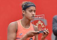BOGOTÁ -COLOMBIA. 19-04-2015. Teliana PEREIRA (BRA) besa la copa como ganadora del Claro Open Colsanitas WTA 2015  tras derrotar a Yaroslava SHVEDOVA (KAZ) en partido disputado en el club El rancho de la ciudad de Bogota hoy 19 de abril de 2015./ Teliana PEREIRA (BRA) kisses the cup as winner of Claro Open Colsanitas WTA 2015  after defeating to Yaroslava SHVEDOVA (KAZ) in match played at El Rancho Clud court in Bogotá, Colombia today 19 April of 2015. Photo: VizzorImage/ Gabriel Aponte / Staff
